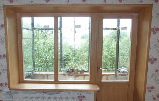Деревянное окно с откосами в интерьере городской квартиры