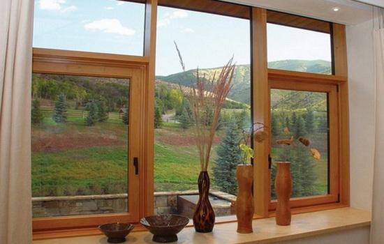 Деревянное окно в интерьере городской квартиры