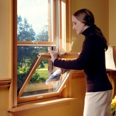 Протирка стекол деревянного окна