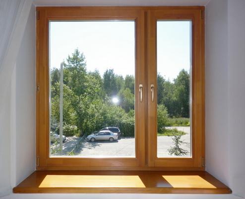 Современное деревянное окно в интерьере квартиры