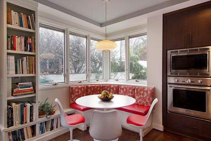 кухня частного домика с окном углом