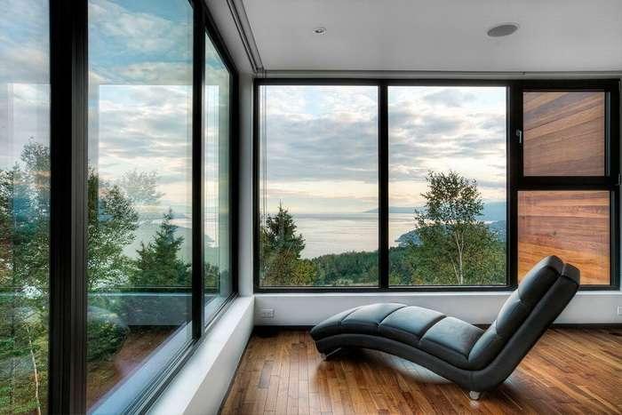 красивый вид в окно на лес