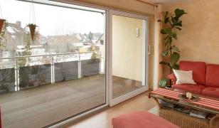 Портальное окно-дверь с выходом на балкон в квартире