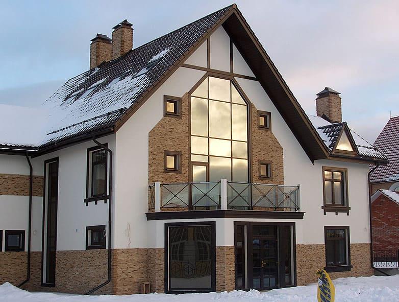 красивый дом с зеркальными окнами