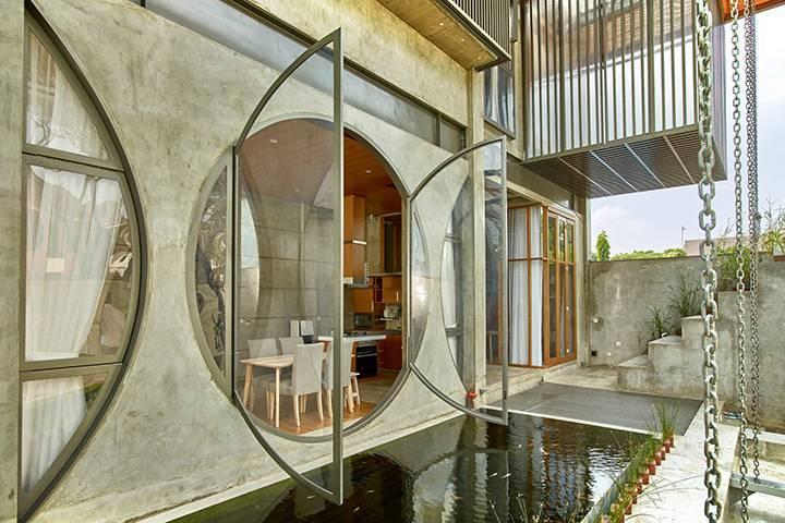 Большое открытое круглое окно в частном доме