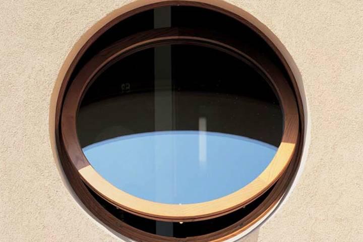 круглое деревянное окно в доме