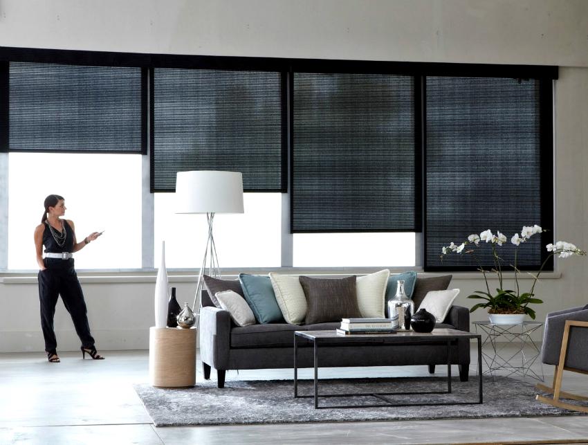 Для высоких панорамных окон можно приобрести рулонные шторы с автоматическим управлением