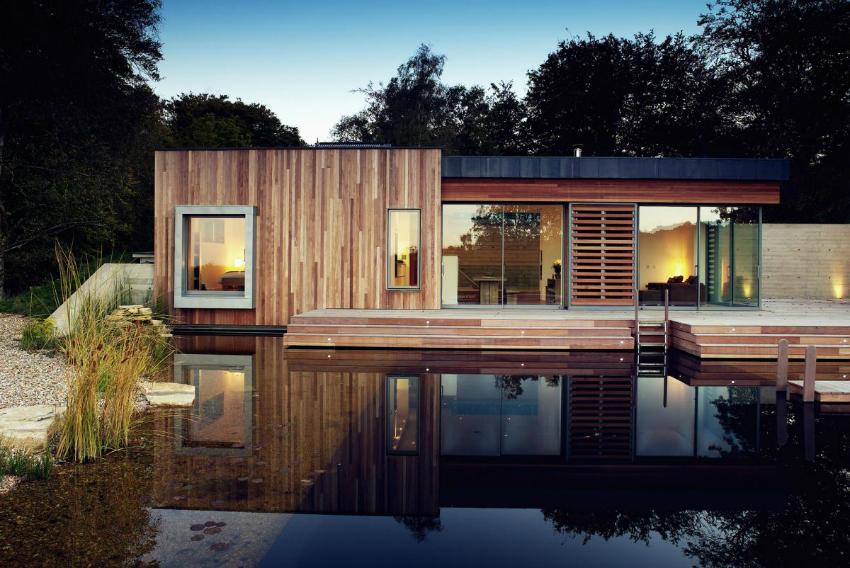 При проектировании дома и дальнейшей установке больших панорамных окон следует учитывать местность и расположение