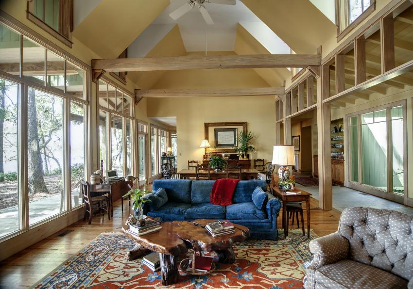 Панорамные окна также могут использоваться внутри помещения, вместо стен, зонируя и объединяя комнаты