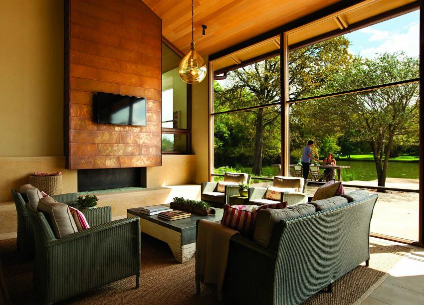 С помощью французского остекления можно зонировать гостиную, создавая ощущение открытого пространства
