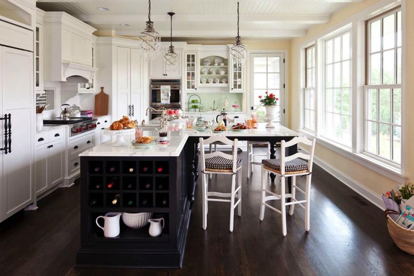 Панорамные деревянные окна красиво сосчитаются с кухней в классическом стиле