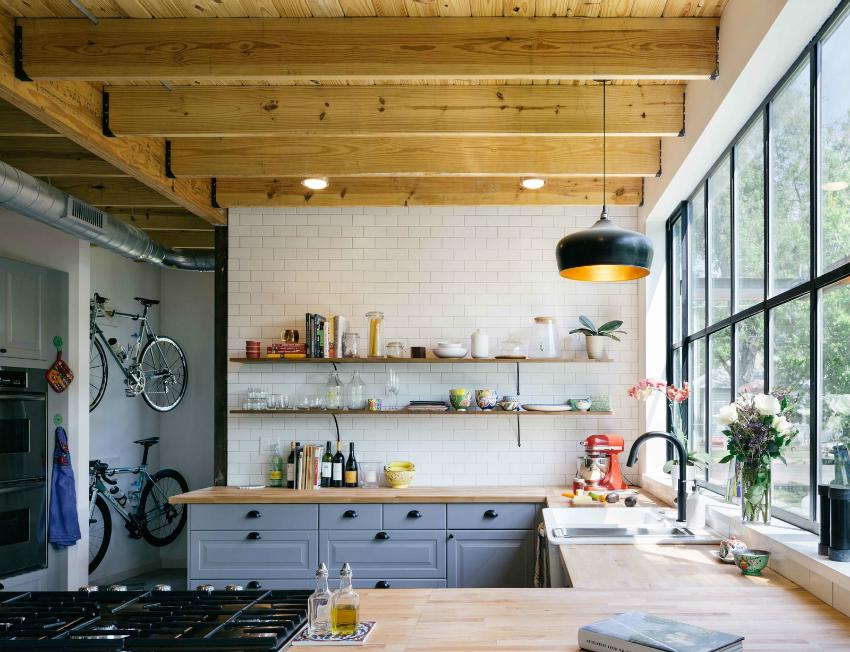 Панорамные окна выигрышно смотрятся в квартирах в стиле лофт, подчеркивая стиль и дизайн кухни