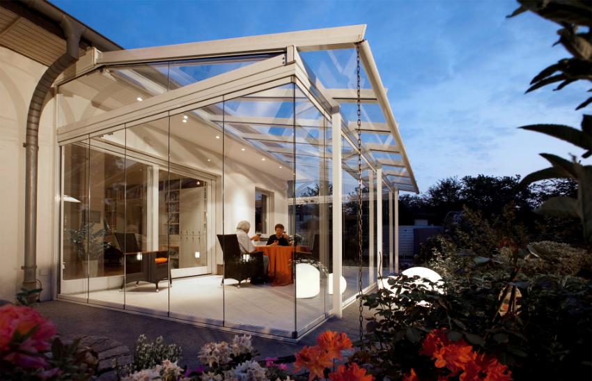 Светлая, просторная веранда может стать главным место для проведения досуга дома
