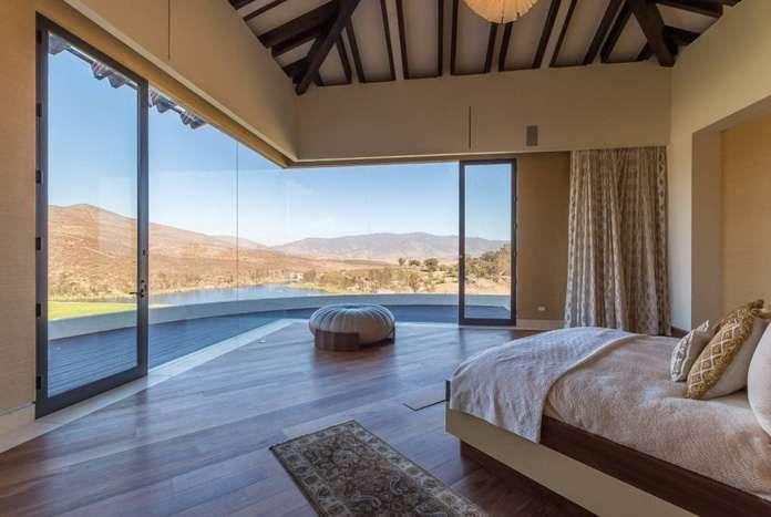 Красивое панорамное бесшовное окно в спальне частного дома
