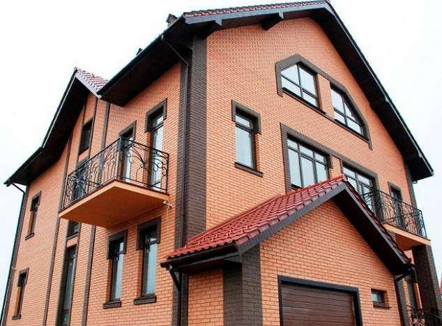 кирпичный дом с нестандартными красивыми окнами