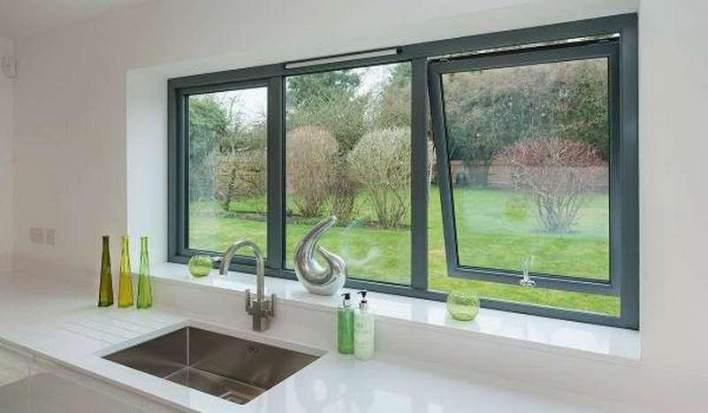 окно с откидной створкой на кухне частного дома