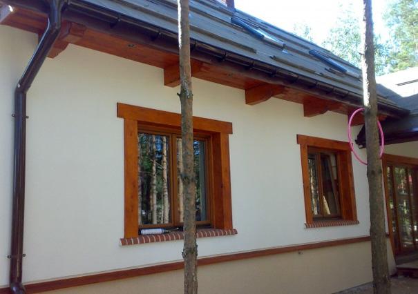 Обрамление окон на фасаде деревом