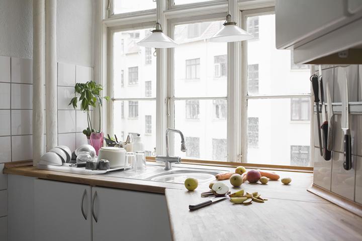 Окно над рабочим функциональным участком в кухне